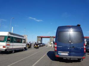 Mit dem Auto nach Norwegen: Warten vor der Fähre nach Kristiansand