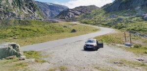 Ein Auto im Gebirge von Norwegen