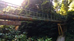 Metall-Gitterbrücke über dem Ribeira Grande