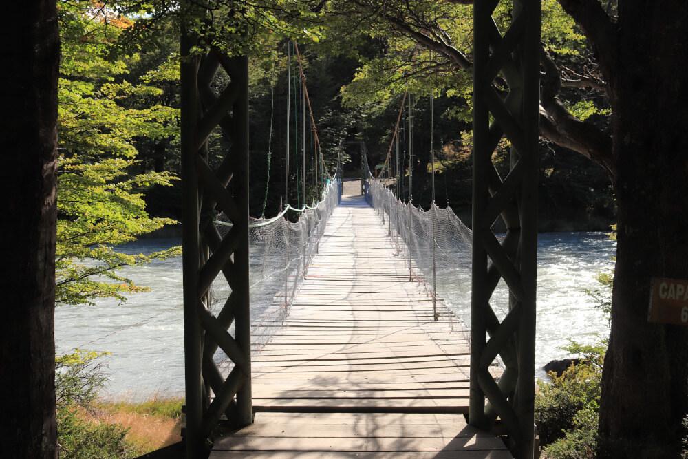 Brücke auf Wanderung zum Lago Grey im Torres del Paine