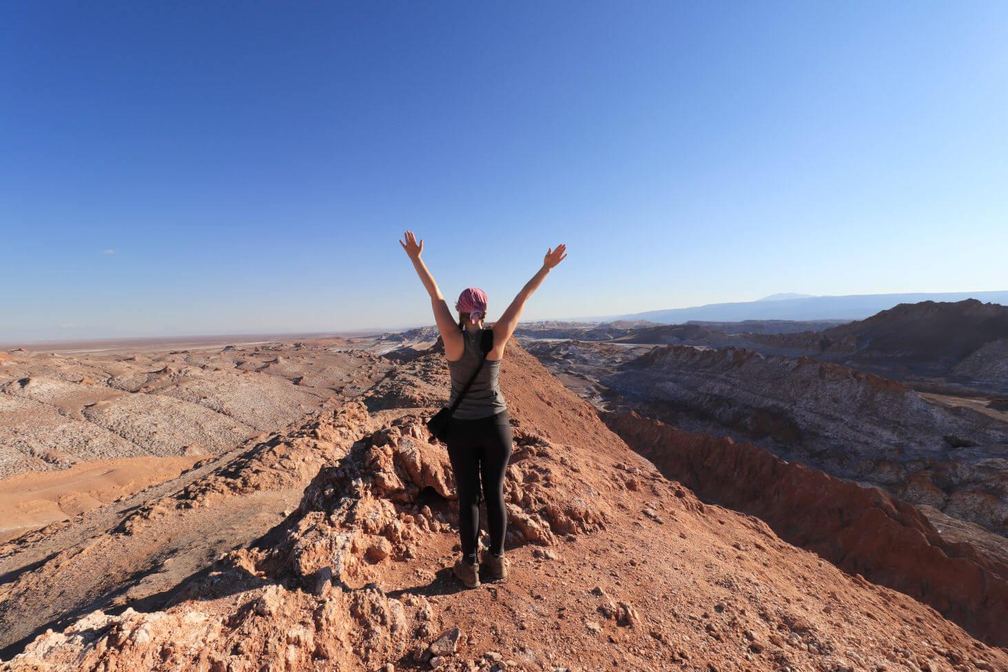 Mädchen steht auf Berg in Atacama Wüste Chile