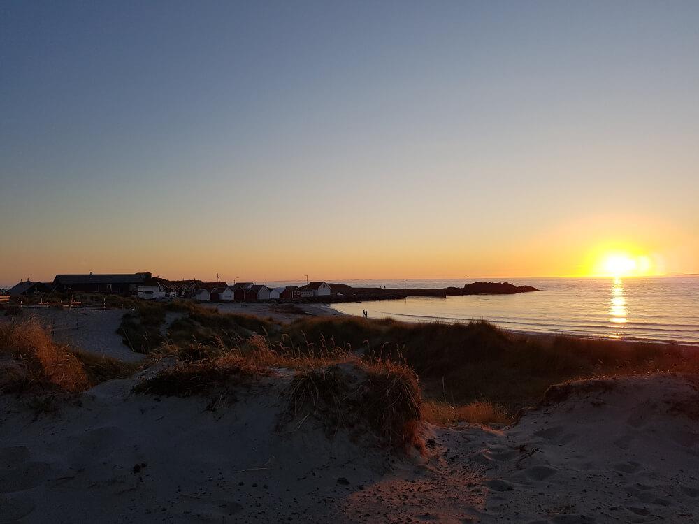 Sonnenuntergang über dem Meer am Olberg Camping Norwegen