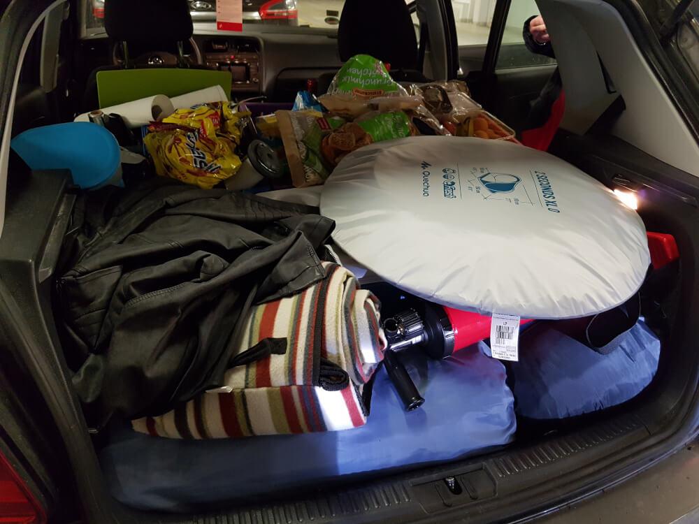 Ein voller Kofferraum mit Camping-Equipment