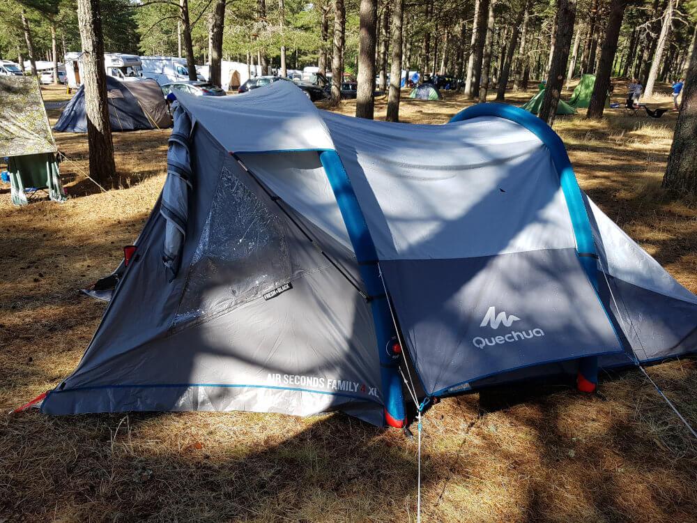 Zeltwiese auf dem Campingplatz in Mandal