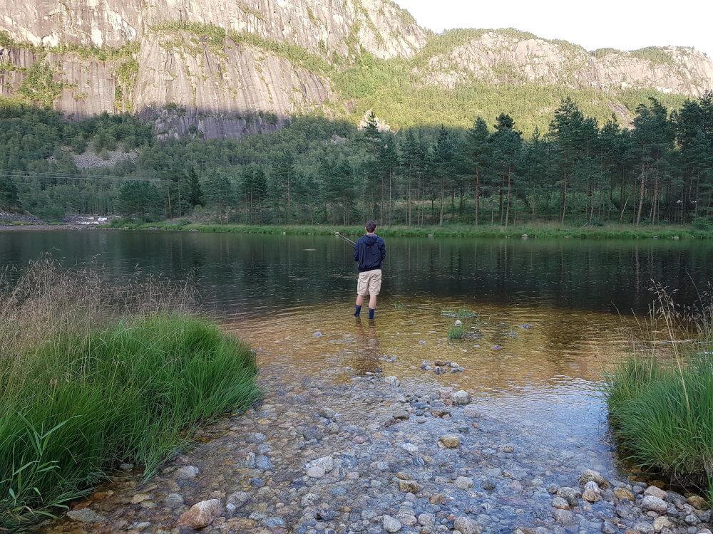 Ein Mann angelt in Norwegen