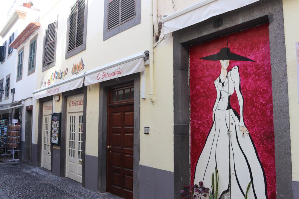 Seitenstraße mit Malereien in Funchal
