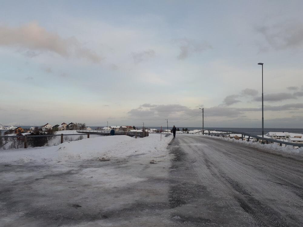 verschneite Straße auf den Lofoten im Winter