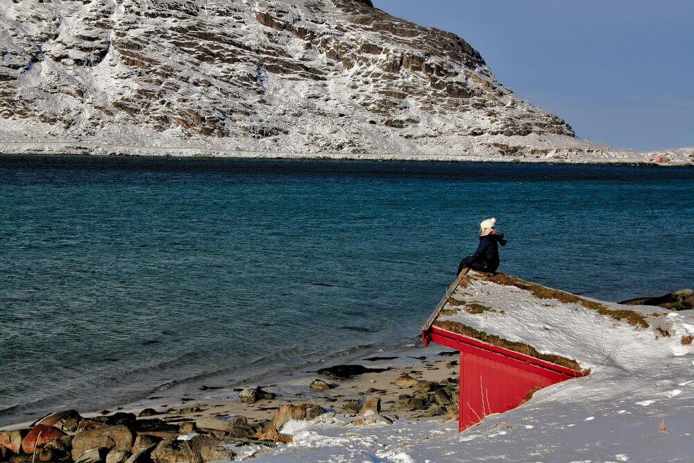 rote Fischerhütte in der Nähe von Flakstad auf den Lofoten im Winter