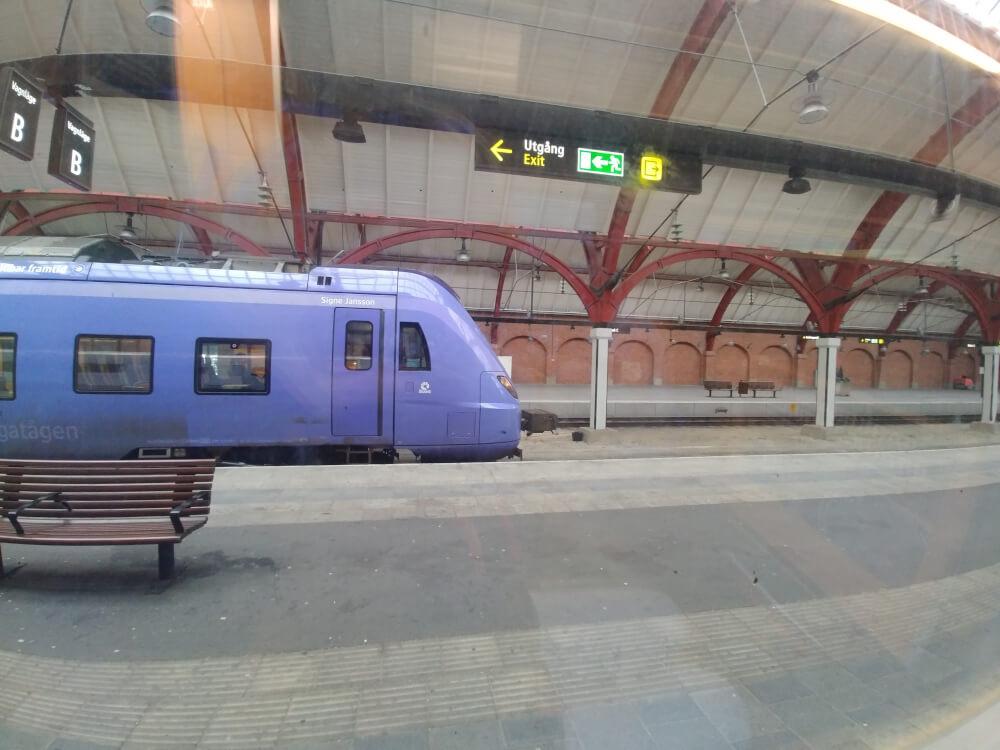 Zug bei der Einfahrt in den Bahnhof Malmö