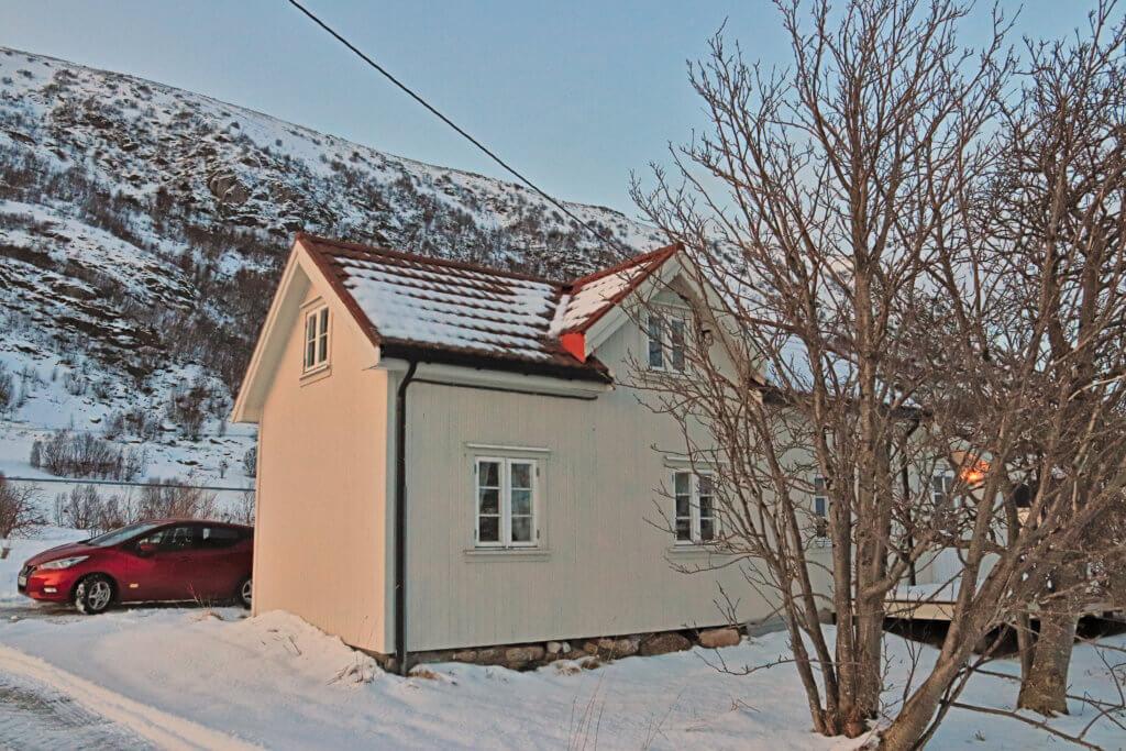im Winter auf die Lofoten: norwegisches Haus im Schnee auf den Lofoten