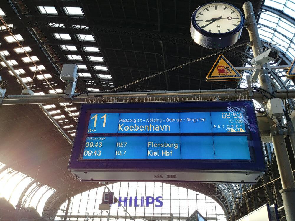 Mit dem Zug nach Kopenhagen: Anzeigetafel im Hamburg Hauptbahnhof
