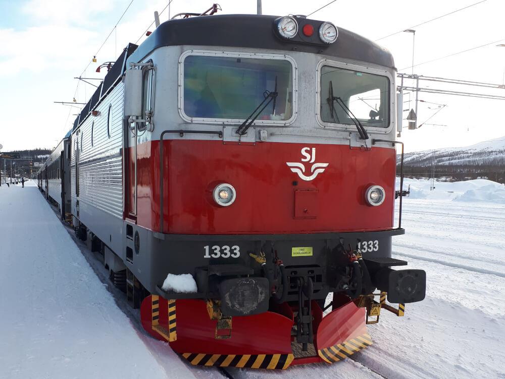 Zug in Lappland im Schnee