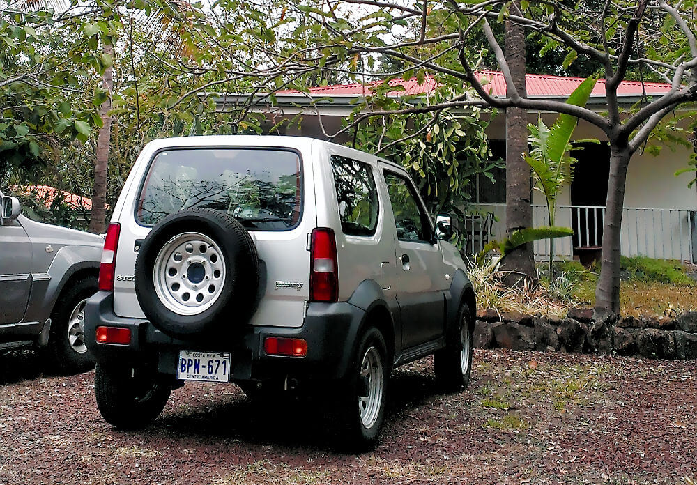 Parken in Costa Rica: Ein Suzuki Jimny auf einem Parkplatz