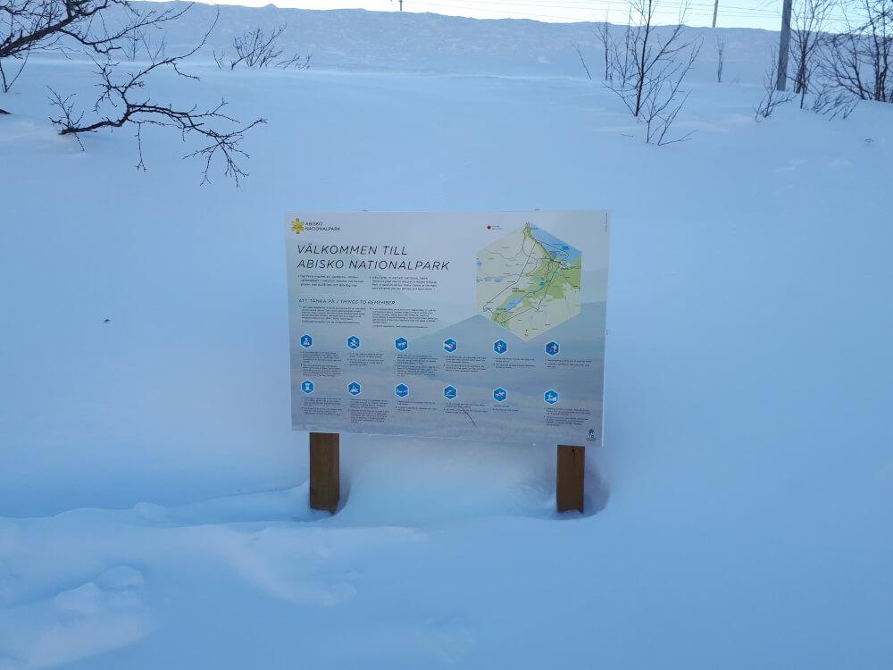 Informationsschild im Abisko Nationalpark im Winter