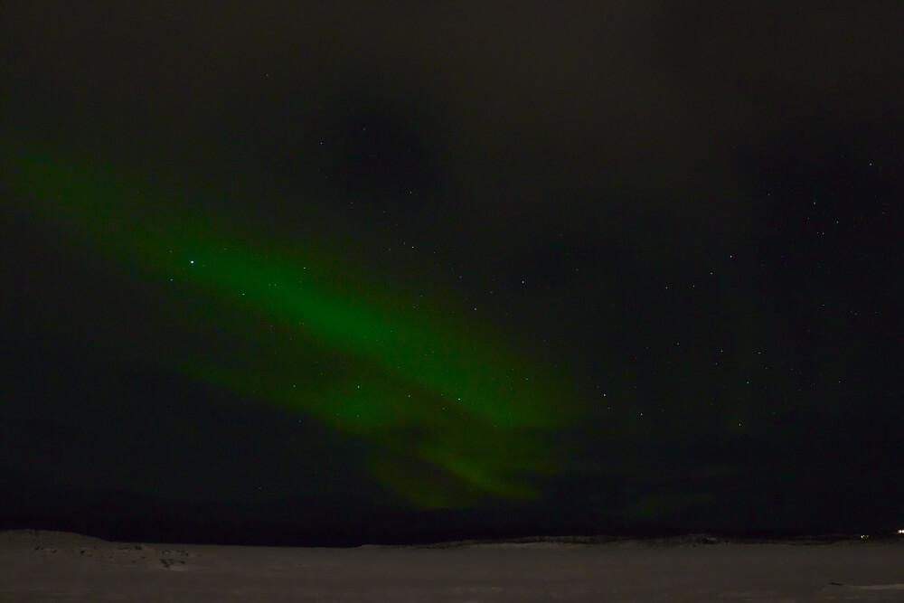 Nordlichter über dem See Torneträsk in Lappland