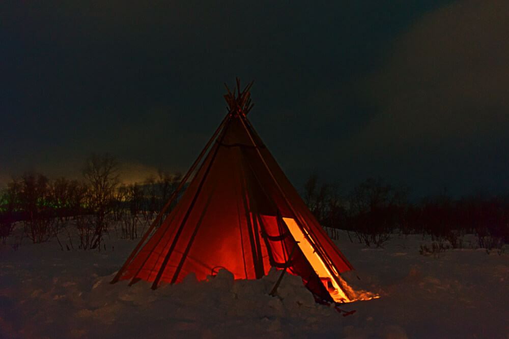 Sámi-Zelt im winterlichen Abisko