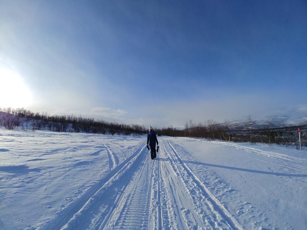 Verschneiter Weg im Winter in Abisko