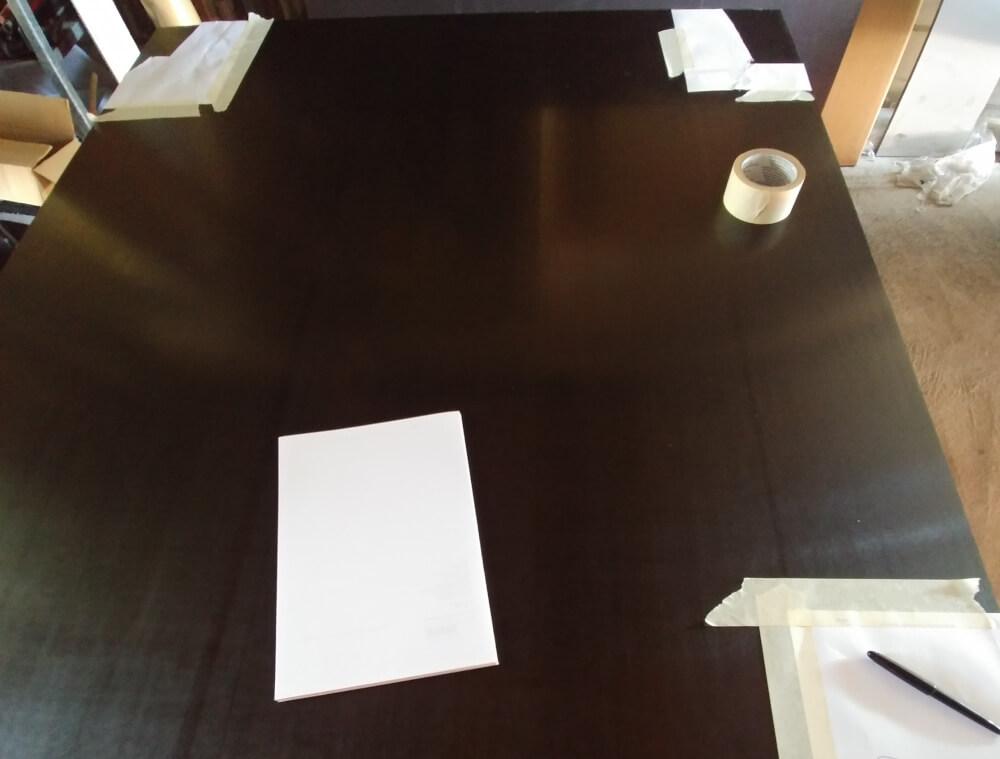 Papierschablonen auf Bodenplatte für Kastenwagen