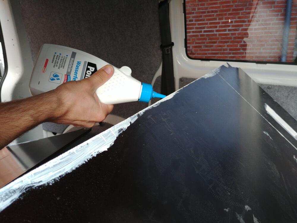 Siebdruckplatte im Van wird verleimt