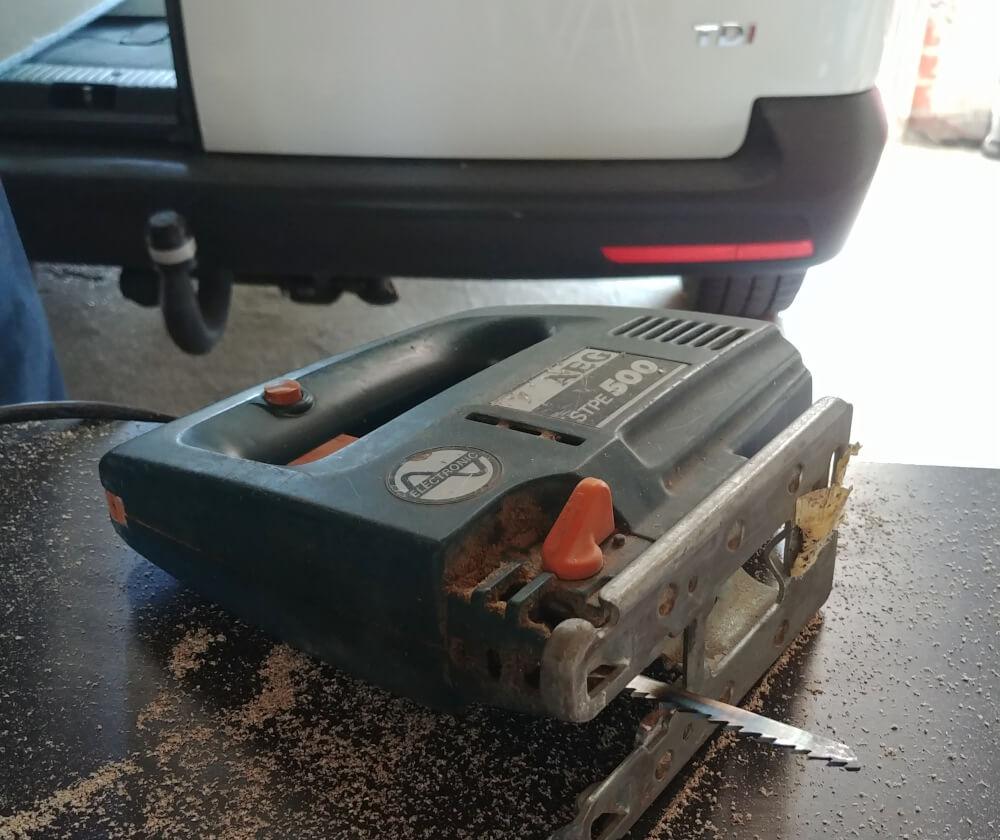 Stichsäge zum Aussägen der Campervan Bodenplatte