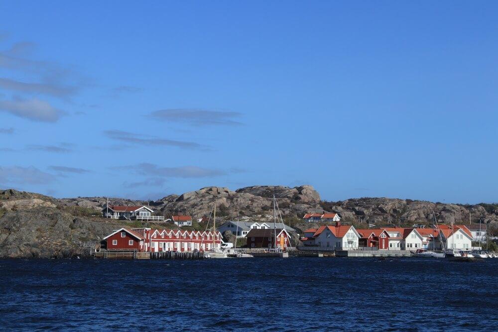 Schwedische Küste mit Fischerhütten
