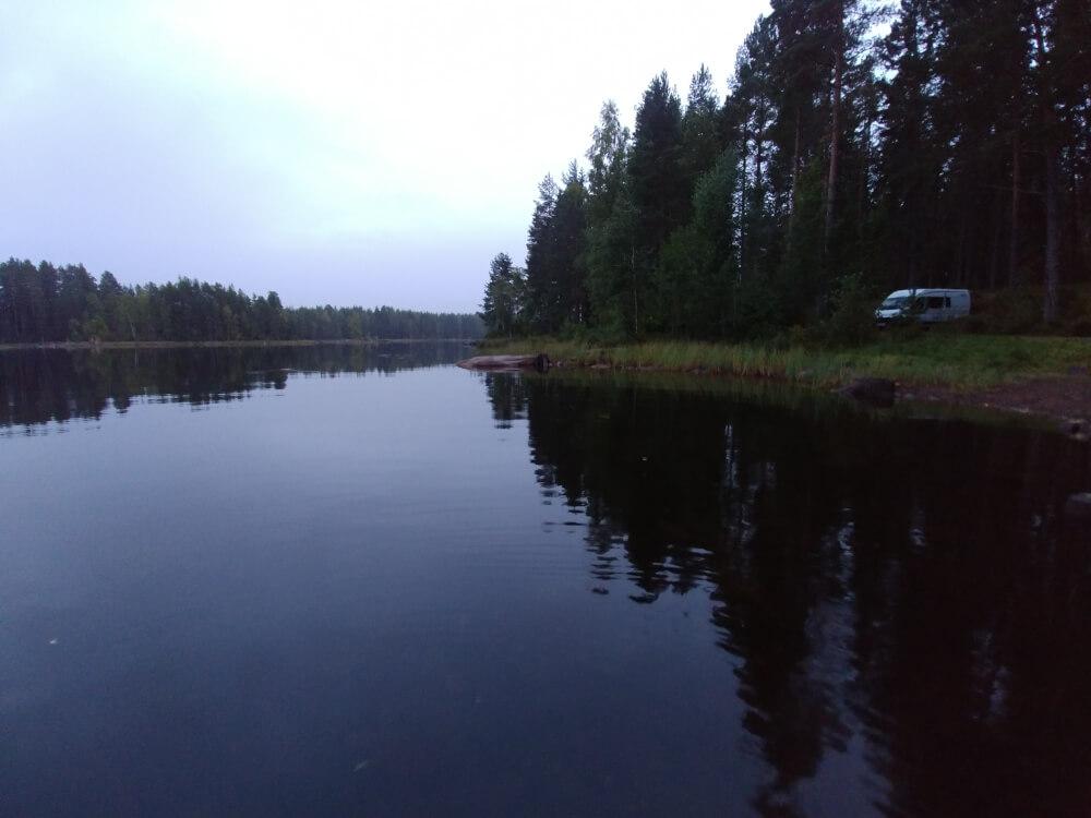 Camper auf Campingplatz an See in Schweden