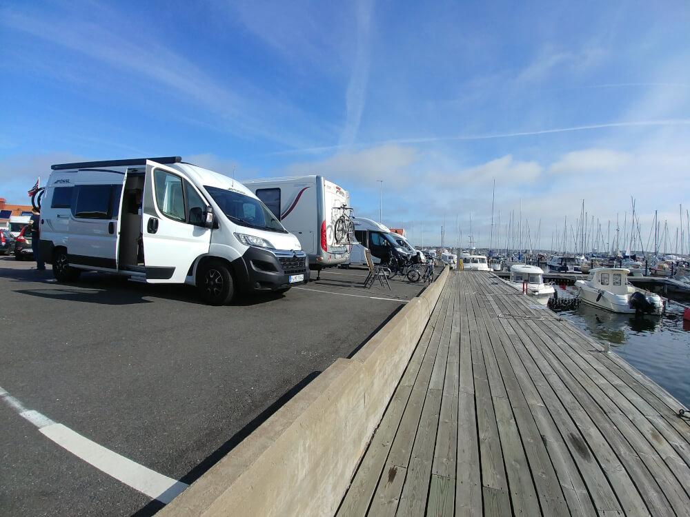 Schwedischer Gästehafen mit Wohnmobil